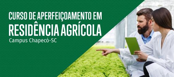 """Montagem com foto à direita, com um homem e uma mulher apontando para o cultivo de hortaliças. À esquerda, em um fundo verde, o texto """"Curso de Aperfeiçoamento em Residência Agrícola - Campus Chapecó""""."""