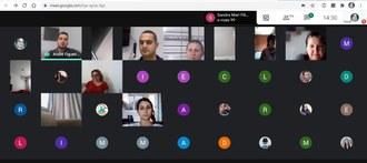 Imagem da tela de computador com vários quadrados, nos quais as pessoas estão online