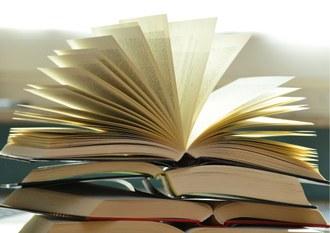 Foto de livros empilhados