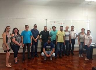 Na imagem os participantes do curso posam para foto em sala de aula.
