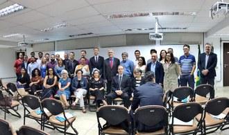 Na imagem um grupo de pessoas posam para a foto.
