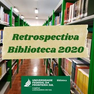 Ao fundo da imagem o corredor de uma biblioteca, com prateleiras e livros, em primeiro plano na imagem está escrito: Retrospectiva Biblioteca 2020.