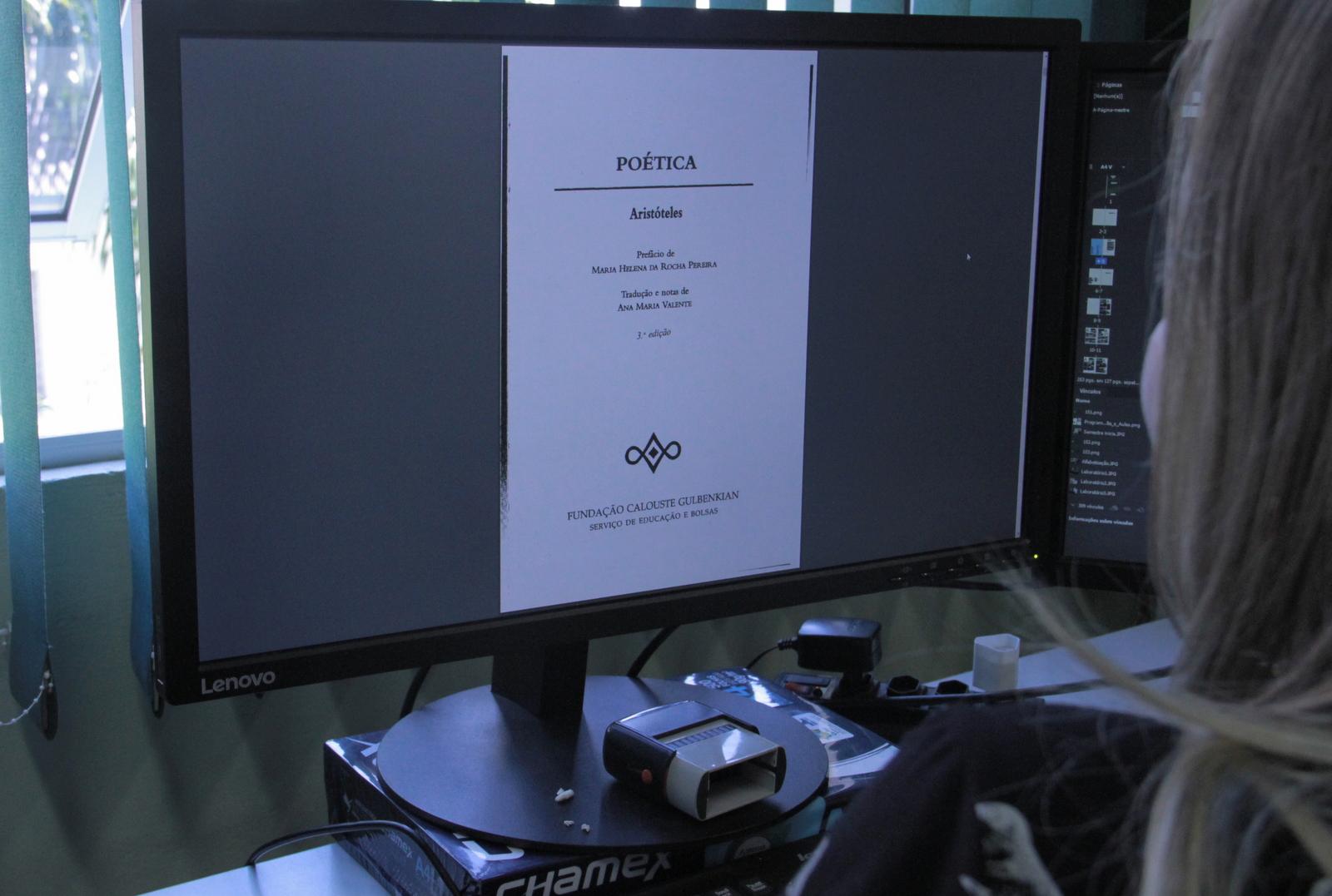 Pessoa lendo em frente ao computador