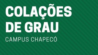 """Imagem de fundo verde, com listras mais claras e mais escuras, e o texto """"Colações de Grau - Campus Chapecó""""."""