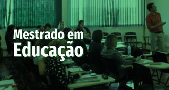 Imagem com fundo verde e fotografia de sala de aula. O professor está voltado para a frente, explicando algo, e os estudantes, sentados, estão voltados para a mesma direção