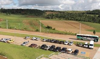 Na imagem um estacionamento com diversos carros.