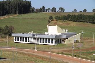 Foto em plano aberto mostra o prédio do Restaurante Universitário do Campus Laranjeiras do Sul.