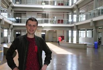 Na imagem o estudante Henning Dicks posa para foto no Hall do Bloco A do Campus Laranjeiras do Sul
