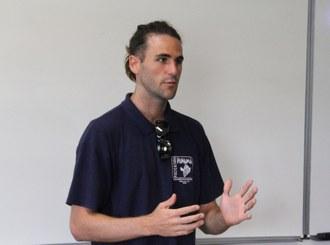 O Engenheiro de Aquicultura, Juan Ramon Esquivel Muelbert, está em frete a um quadro branco falando para a plateia.