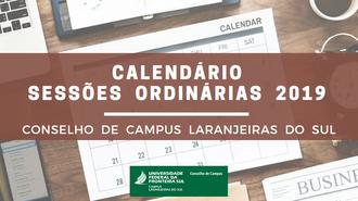 """No centro da imagem uma faixa marrom com a escrita """"Calendário Sessões Ordinárias 2019 - Conselho de Campus Laranjeiras do Sul"""". Ao fundo da imagem um calendário."""