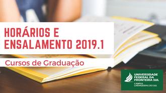 """Na imagem a informação """"Horários e ensalamento 2019.1 - Cursos de Graduação"""" aparece sobreposta a imagem de um caderno aberto."""