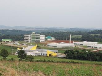 A foto apresenta uma visão panorâmica do Campus Laranjeiras do Sul. Na imagem aparecem os prédios do Restaurante Universitário (RU), três pavilhões de Laraboratórios, Bloco A, Centro Vocacional Tecnológico (CVT) e o Bloco Docente/Administrativo.