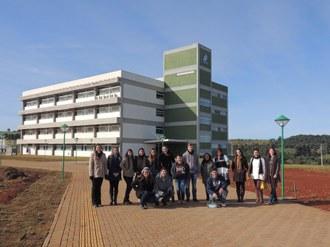 Grupo de pessoas posa para foto em frente ao Bloco A do Campus Laranjeiras do Sul