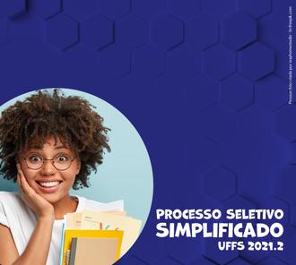 imagem com fundo azul escuro. Do lado direito a foto de uma mulher negra sorrindo com uma mão no rosto e segurando uns papéis. Do lado esquerdo está escrito Processo Seletivo Simplificado UFFS 2021.2