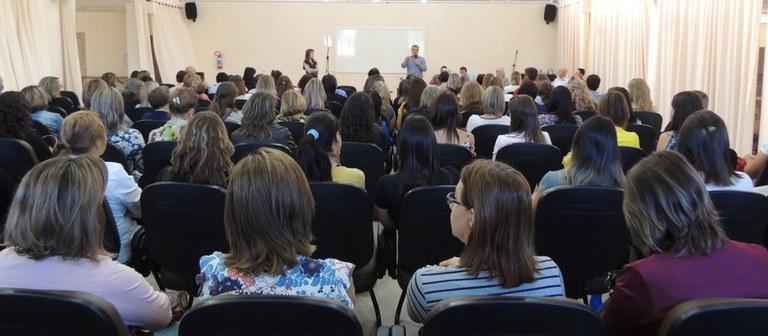 Grupo de professores acompanha atividade de formação do Programa Práxis